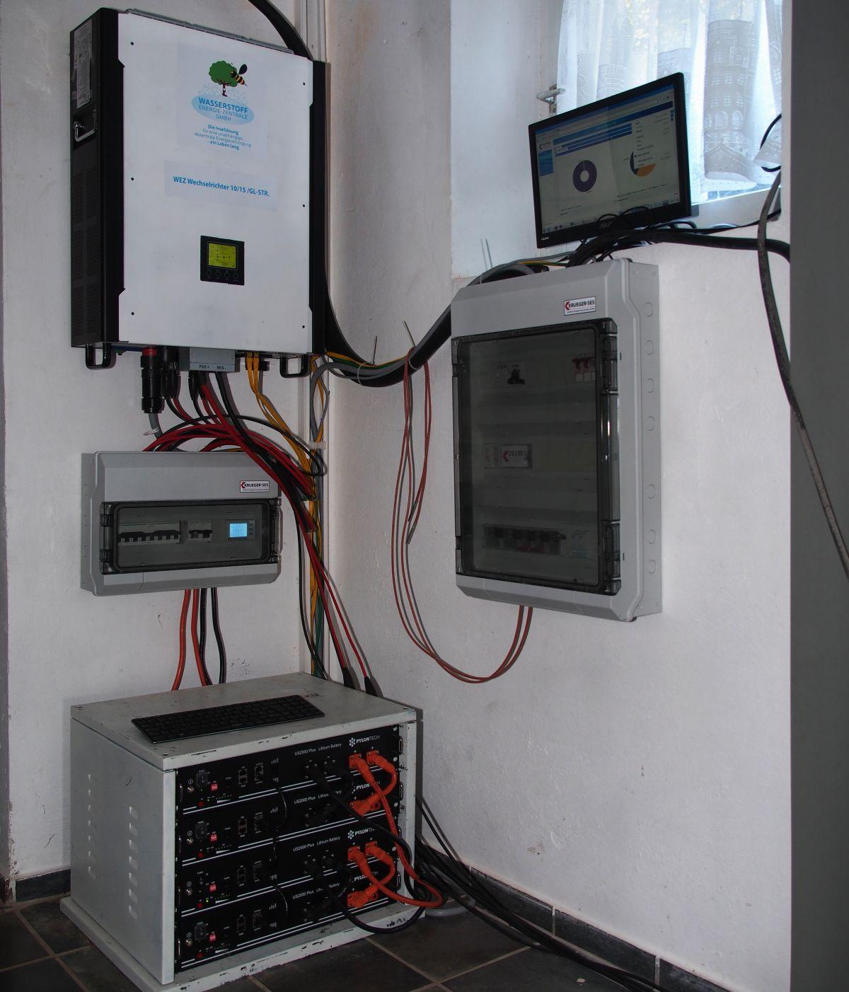wez-anlage-photovoltaik-schaltschrank-umwandler-akkus